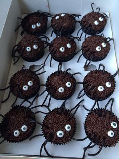 This spidercupcakes i make for my grandson for a treat at school on his birthday.... Brrrrrr! Deze spinnencupcakes heb ik voor mijn kleinzoon gemaakt om te  trakteren op school.