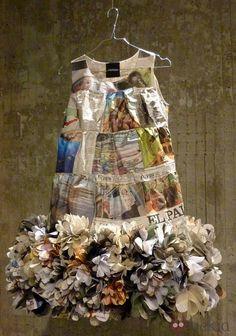 Vestido de papel de Aspesi con bajo floral                                                                                                                                                      Más Recycled Costumes, Recycled Dress, Diy And Crafts, Arts And Crafts, Paper Crafts, Crazy Dresses, Recycling, Dress Form Mannequin, Newspaper Dress