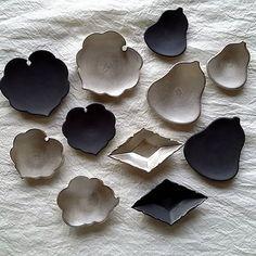 『shizen』にて…1月31日~ 豆皿色々…(Kazuhito Azuma) ・ 新しいデザインの豆皿・アオイです宜しくお願い致します。 ひし形の輪花豆皿は木下の製作です。ややこしくてすみません。 ・ 先程梱包も無事に終わりました。出荷も終了。無事に届きますように…。 ・ 今回はいつもよりバタバタとしてしまい、気付いたら写真を撮ってませんでした。 すみません。 バタバタし過ぎて、ポットは当日トランクに積めてオープンに間に合うように持参する予定。 ・ ウンリュウもたくさん製作しましたよ。 輪花はメインプレート・サラダボウル・鉢etc… C/Sもたくさん製作しております!!。 お近くにお越しの際は是非お立ち寄り下さいませ。 ・ 『shizen』 @yayoitone 東一仁・木下和美 磁展 1/31web~2/5mon 12:00~19:00 (最終日17:00まで) ※初日(31日)のみ 10時 開店 東京都渋谷区神宮前2ー21ー17 Tel 03ー3746ー1334 ・ ・ #shizen #東一仁 #木下和美 #和食器 #器 #うつわ