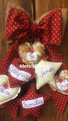 Cacho de desejos no Elo7 | Afeto Mineiro (AF3C5C) Valentine Wreath, Valentines Day, Fabric Hearts, Pom Pom Crafts, Margarita, Fun Crafts, Christmas Wreaths, Patches, Quilts