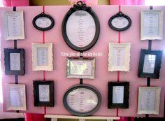 Mariage romantique en rose, gris et jaune pale Un Plan de table original avec de jolis cadres rétro dépareillés En location chez Une fée dans la boite