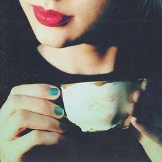 """""""Che donna! Quando avvicina la tazza di caffè alle sue labbra sembra che stia per mordere il frutto dell'albero del bene e del male."""" (Jordi Doce)"""