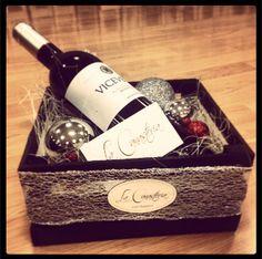 The Wine Crate Propuesta simple pero elegante ideal para cualquier presupuesto. Incluye 1 vino de tu elección y elegantes acentos navideños. The Wine Crate fue diseñada en su origen para AUDI México por lo cual integramos sus colores corporativos al diseño.