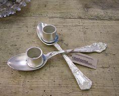 bougeoir original: deux cuillères à soupe en métal maillechort rattachées l'une à l'autre, finition ouvragée et ton argenté à l'ancienne. Création Chehoma