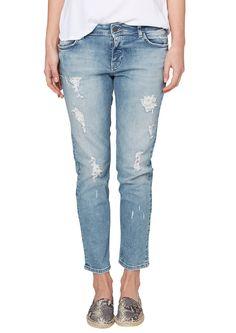 Stretch-Jeans Destroyes unterlegt mit weißer Baumwoll-Spitze. Sommerlich helle Waschung. Klassische 5-Pocket-Form mit Reißverschluss. Lässige, leicht hüftige Boyfriend-Passform mit dezent vertieftem Schritt, bequemem Sitz an den Oberschenkeln und konischem Beinverlauf in Ankle-Länge. Elastische Denim-Qualität. Diese Jeans vereint gleich zwei Trends auf einmal: Den Glamour-Used-Look und den läss...