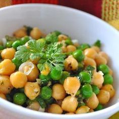 Koude salade van doperwten en kikkererwten. Voedzaam en lekker!