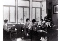 Damen im Schreibbüro des Hannoverschen Anzeigers mit den ersten Schreibmaschinen. (undatiert)