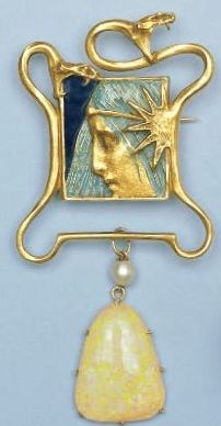 RENÉ LALIQUE. 1900 'Serpents with Woman's Profile' Brooch: yellow gold/ pampile pearl. From google.nl