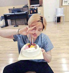 Nani why are you so cute 😍❤ Kim Jinhwan, Chanwoo Ikon, Peter Pan, Ringa Linga, Ikon Songs, Taehyung, Ikon Member, Yg Entertaiment, Ikon Wallpaper