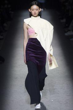 Jacquemus Fall 2016 Ready-to-Wear Fashion Show - Julee Huang Fashion Week, Runway Fashion, Fashion Show, Fashion Design, Fashion 2016, Fashion Details, Kintsugi, Vogue Paris, Conceptual Fashion