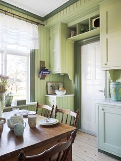A quaint and lovely green country kitchen Anna Truelsen Country Cottage Interiors, Cottage Kitchens, Country Decor, Home Kitchens, Green Country Kitchen, Green Kitchen, Interior Decorating, Interior Design, Interior Stylist