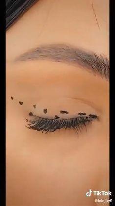 Makeup Tutorial Eyeliner, Makeup Looks Tutorial, No Eyeliner Makeup, Eyeliner Hacks, Tips For Eyeliner, Simple Eyeliner Tutorial, Emo Eyeliner, Winged Eyeliner Tricks, Eyeliner Wing