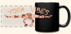 Künstlerisch marmoriertes Yoga Asana -Motiv mit Yoga Vibes Schriftzug für alle Yogalehrer, Yogaschüler und Yogapraktizierenden, Freunde von Achtsamkeit und Gelassenheit, Spiritualisten und Indien-Fans, hier auf Panorama-Tasse. Das Design ist auf über 100 Artikeln erhältlich, wie z.B. Shirts, Hoodies, Jacken, Taschen, Tassen, Handy- und Kissenhüllen, Schürzen, uvm. Asana, Mugs, Tableware, Shirts, Design, Indian, Yoga Teacher, Script Logo, Mindfulness