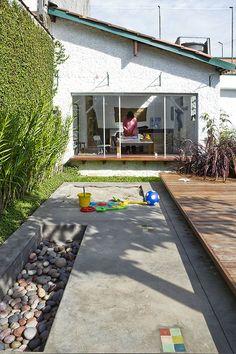 Reforma de uma casa térrea, com jardim e edícula, para um casal de avós, seus filhos e netas com sala de ginástica, para receber hóspedes e um ateliê.