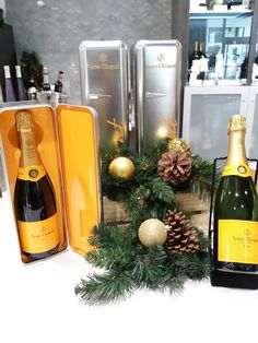 A perfect little refrigerator for New Years. Bars Near Me, Veuve Clicquot, Wine Decor, Drink Specials, Whiskey Bottle, Champagne, Style Box, Table Decorations, Drinks