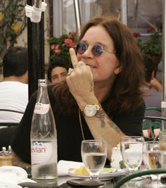 Ozzy Osbourne Photos - Ozzy Osbourne and his wife, Sharon Osbourne enjoy a lunch at the Ivy. Ozzy playfully held up his middle finger while being photographed by fans. - Ozzy Osbourne is Still Number One Metallica, Ozzy Osbourne Black Sabbath, Historia Do Rock, Rock Bands, Kerry King, Prince, Smosh, Rock Music, Flipping