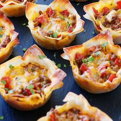 These fun Crunchy Taco Cups are made in a muffin tin with wonton wrappers! Great… These fun Crunchy Taco Cups are made in a muffin tin with wonton wrappers! Great for a taco party/bar. Snacks Für Party, Appetizers For Party, Taco Party, Delicious Appetizers, Taco Appetizers, Super Bowl Appetizers, Delicious Recipes, Kid Friendly Appetizers, Easy Healthy Appetizers