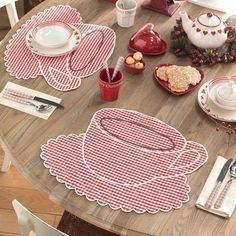 I love this picture with red gingham accents. adore these placemats Table Runner And Placemats, Table Runners, Quilt Patterns, Sewing Patterns, Sewing Crafts, Sewing Projects, Fabric Crafts, Place Mats Quilted, Mug Rugs