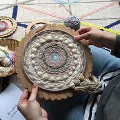 Very good instructions for starting a circular weaving. Previous pinner: Round Weaving Loom Instructions – The Unusual Pearcircle - Learn how to warp up one of The Unusual Pear Round Weaving Looms and how to then remove the finished piece - it's super e Weaving Textiles, Weaving Art, Weaving Patterns, Tapestry Weaving, Loom Weaving, Hand Weaving, Circular Weaving, Weaving Wall Hanging, Wall Hangings