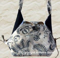 Sac original, réalisé avec de beaux tissus épais. Il possède une longue bandoulière. vous le trouverez ici : http://www.armellesoie.com/ http://www.armellesoie.com/accueil/mes-sacs/les-sacs-besaces-fantaisie/