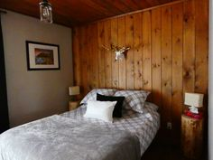 Chalet à louer 3 chambres pour 6 personnes. Cottage three bedrooms for rent for 6 people. #cpttage #chalet #viedechalet #nature #ski #famille #hébergement #lodging Condo, Saint Jean, Cottage, Chic, Bed, Nature, People, Furniture, Home Decor