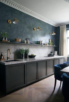 Décorer avec des couleurs sombres - Frenchy Fancy Scandinavian Apartment, Scandinavian Kitchen, Apartment Kitchen, Apartment Design, Interior Walls, Interior Design, Decoracion Vintage Chic, Nordic Home, Sombre