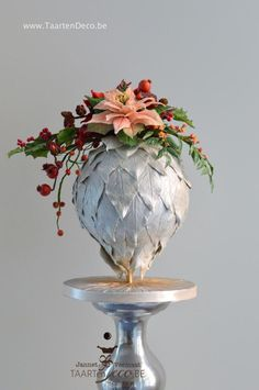 Christmas ball with christmas flower piece by Taart en Deco