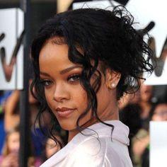 Rihanna de coque bagunçado e frente solta com textura cacheada + make foco nos cílios #ddbinspira
