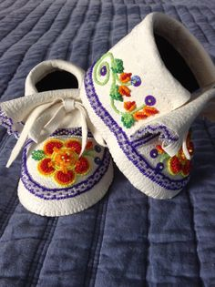 Baby bear moccasins, raised beadwork, outside view by Sadie Thompson by proteamundi Beaded Shoes, Beaded Moccasins, Baby Moccasins, Beaded Bags, Beaded Necklaces, Indian Beadwork, Native Beadwork, Native American Beadwork, Navajo