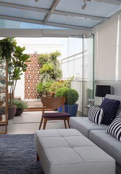 Apartamento de cobertura, com sala de estar pequena, com cobertura de vidro com vista para jardim. Small Apartment Design, Small Apartments, Balkon Design, Terrace Design, House Stairs, Outdoor Furniture Sets, Outdoor Decor, Room Inspiration, Farmhouse Decor