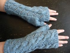Hermione's fingerless gloves.   Free Harry Potter knitting pattern.