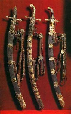 Swords And Daggers, Knives And Swords, Saber Sword, Dagger Knife, Medieval Fantasy, Medieval Swords, Arm Armor, Katana, Blade