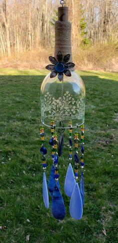 Wine Bottle Chimes, Wine Bottle Garden, Wine Bottle Art, Diy Bottle, Bottle Top, Wine Bottles, Cutting Glass Bottles, Recycled Glass Bottles, Glass Bottle Crafts