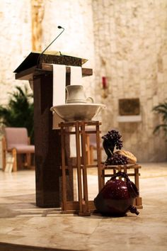Holy Thursday: Grapes & Bread, wash pitcher and bowl, clay pot Altar Design, Church Design, Holy Thursday Catholic, Church Flowers, Altar Flowers, Church Altar Decorations, Maundy Thursday, Church Stage, Church Banners