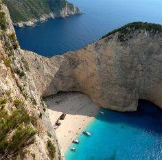 www.delunademiel.es Playa Navagio, situada en grecia, en la isla de Zakynthos es una de las playas paradisiacas de peliculas..