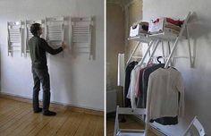 Gebruik klapstoeltjes als kledingkast door ze aan de muur te bevestigen.