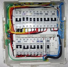 Agora vamos aprender um pouco sobre os dispositivos que são instalados em um quadro de distribuição. Veremos também como interpretar um diagrama elétrico.
