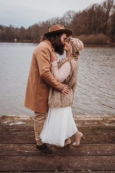"""""""Liebe ist kein Zufall, Liebe ist Schicksal."""" Das ist das Motto eines lässigen Boho Meets Rustic Hochzeitshootings, dass im Rahmen einer Winterscheunenhochzeit mit viel Liebe zum Detail umgesetzt wurde. #bohohochzeit #rustic #wedding #boho #winterhochzeit #hochzeitsfotos #ideen #brautpaarshooting Motto, Couple Photos, Couples, Inspiration, Style, Newlyweds, Frame, Amor, Ideas"""