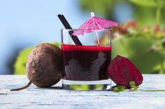 Beets are very nutritious and healthy vegetable but mostly people not eat because of bitter taste. Check out 6 tasty and nutritious beetroot juice recipes. Beetroot Juice Recipe, Red Juice Recipe, Juice Recipes, Beet Smoothie, Healthy Smoothies, Fruit Water, Most Nutritious Foods, Candida Diet, Fresh Fruits And Vegetables