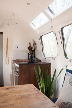 We love a good fleet of design savvy vintage Airstreams and the transient lifestyle they encourage for all. So naturally, The Modern Caravan has our heart-eyed emojis going cray right now. With a handful of *gorgeous* Airstream renovations under. Airstream Renovation, Airstream Interior, Vintage Airstream, Home Renovation, Airstream Remodel, Vintage Campers, Vintage Trailers, Caravan Vintage, Trailer Interior
