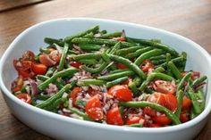 Dejlig bønnesalat med tomat og rødløg. Dressingen er lavet af olivenolie og balsamico. Salaten er dejlig sprød - En rigtig sommersalat. Food N, Good Food, Yummy Food, Food And Drink, Lchf, Salad Recipes, Healthy Recipes, Greens Recipe, Special Recipes