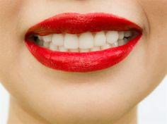 Snygga tänder För att göra tänderna vitare, bland en matsked bikarbonat, fem droppar väteperoxid och några droppar vatten. Applicera pastan på tänderna och låt sitta fem minuter innan sköljning med vatten. Upprepa 2–3 gånger i månaden. Men, använd inte bikarbonat för ofta eftersom det kan påverka din emalj. Borstar du tänderna med bikarbonat har den en mild slipeffekt och tar bort tandsten och plack.
