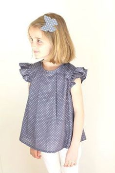 Jolie tunique en batiste France Duval Stalla- girls batiste smock,top for summer with ruffle sleeves and a front pleat Little Girl Fashion, Little Girl Dresses, Kids Fashion, Girls Dresses, Baby Kind, My Baby Girl, Toddler Dress, Baby Dress, Stylish Kids