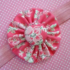 Central button covered with the yoyo fabric Making Fabric Flowers, Flower Making, Paper Flowers, Yarn Crafts, Sewing Crafts, Yo Yo Quilt, Small Sewing Projects, Floral Headbands, Handmade Flowers