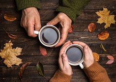 Mains des personnes âgées. Gros plan. Hauts mains tenant des tasses à café…