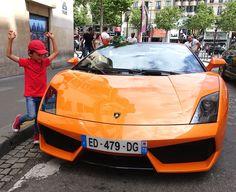 Qu'ils soient petits ou grands, les enfants apprécient toujours les belles voitures. #Paris #Voiture #Mercedes #Ferrari #Arthurautourdumonde
