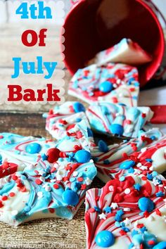 4th of July Bark Super easy, delicious and stunning! This 4th of July Bark is sure to be at hit! #4thofjuly #dessert #candybark #redwhiteblue #sprinkles #chocolate