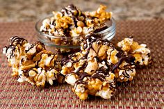 Dark chocolate caramel popcorn - with is a customizable copycat recipe for Harry & David's Moose Munch. Just try not to eat it all in one sitting - sooo good. Chocolate Popcorn, Melting Chocolate Chips, Chocolate Caramels, Melt Chocolate, Caramel Brownies, Fudge Brownies, Popcorn Recipes, Snack Recipes, Cooking Recipes