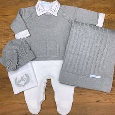 Best 12 Plain overalls with handmade balls and buttons on the back and crotch. Ref: See the color catalog here. Newborn Boy Clothes, Newborn Outfits, Cute Baby Clothes, Baby Boy Outfits, Kids Outfits, Baby Newborn, Baby Knitting, Crochet Baby, Baby Boy Cards Handmade
