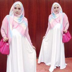 Tak sedikit para wanita muslimah yang tengah mengandung  kebingungan memiilih busana model gamis terbaru untuk dikenakan pada saat masa-masa kehamilan. Kebanyakan dari mereka merasa minder mengenakan baju yang trendy.